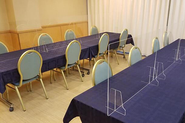 飛沫防止シートを設置した会食場