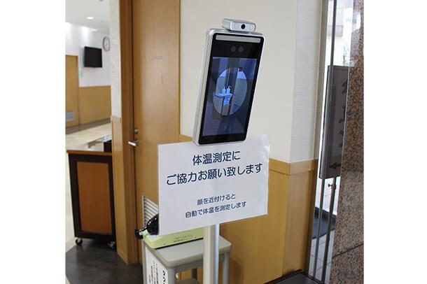 建物入口に検温器を設置